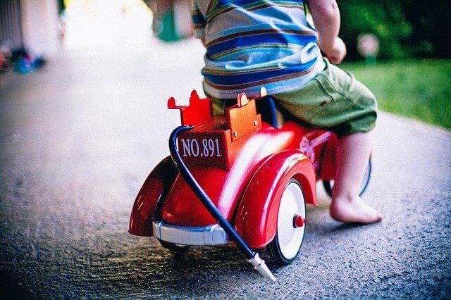 赤ちゃんの手押し車はいつから使える?